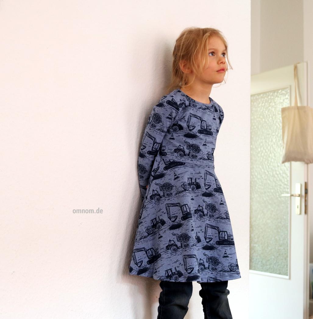 Von starken Kindern - Ein Kleid voller Baufahrzeugen
